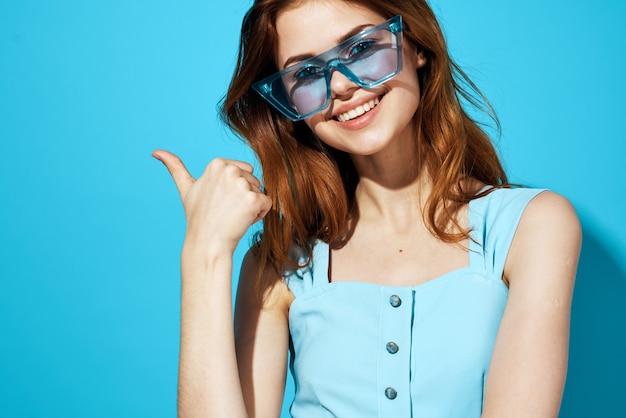 Довольно жизнерадостная женщина в очках синем платье изолировала фон эмоции улыбкой общение.