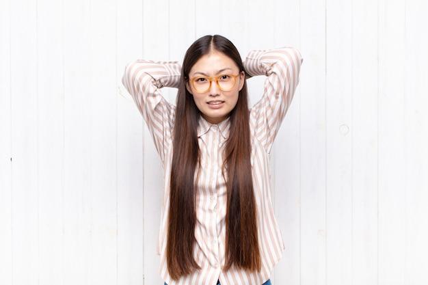 Красивая китаянка у белой стены