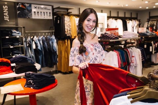 かなりの消費者が衣料品店でポーズを取る