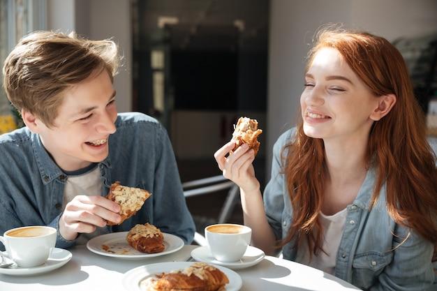 Красивая пара ест в кафе