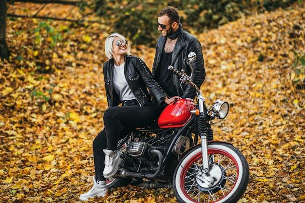 숲에도 빨간 오토바이 근처 예쁜 커플