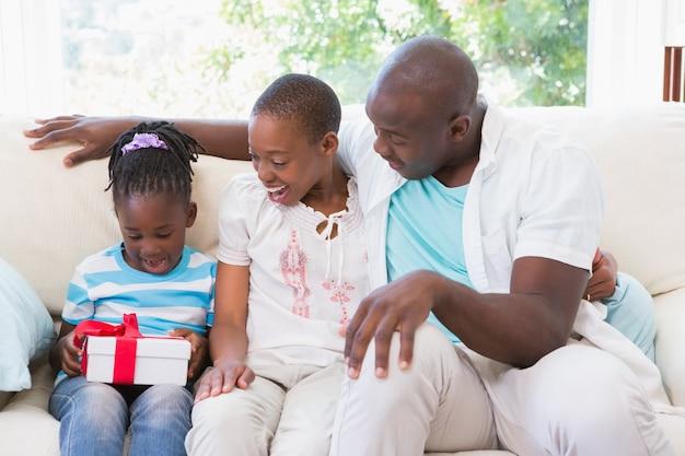 かなりのカップルは、彼らの娘のためにpresenteを提供する