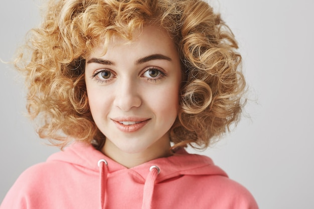 内気な笑顔のかなり巻き毛の少女