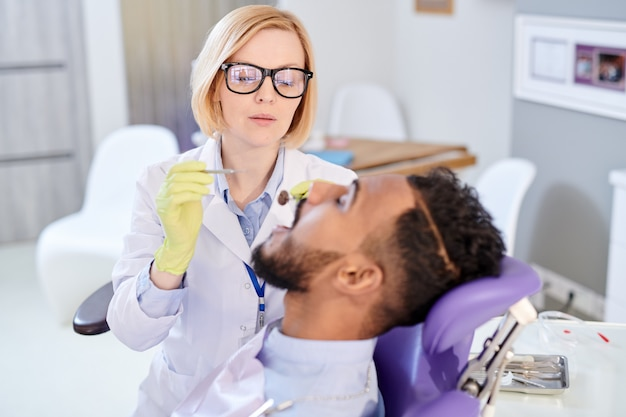 Довольно стоматолог, назначив встречу