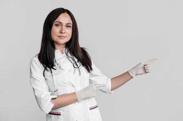 멀리 가리키는 예쁜 의사