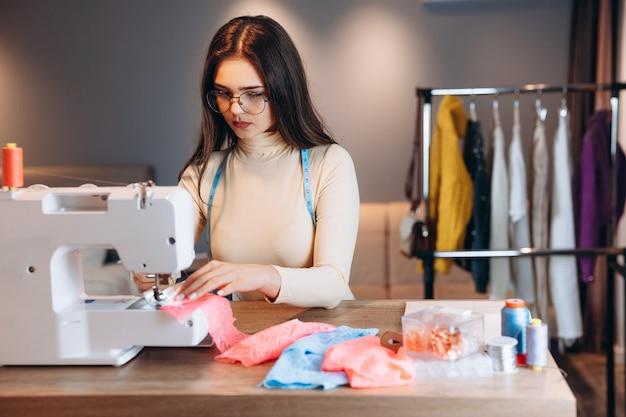 예쁜 양장점 여자 재봉틀에 옷을 바느질