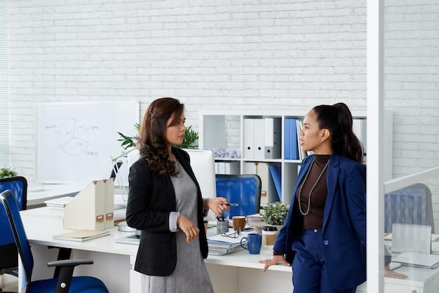によって引き起こされた危機の間に会社を運営するためのより良い方法について議論しているかなりエレガントな女性起業家...