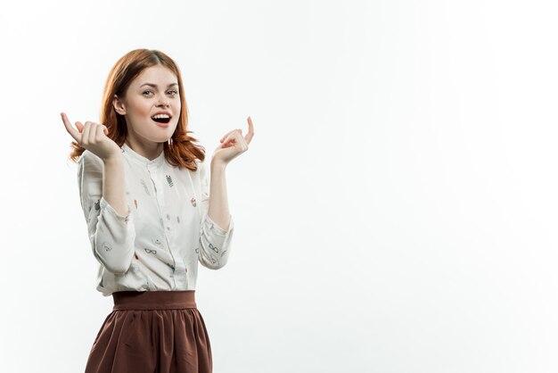 Довольно элегантная женщина показывать ее руки свет стены студии копией пространства.