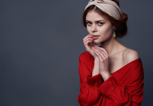 赤いドレスの装飾の豪華な魅力のかなりエレガントな女性
