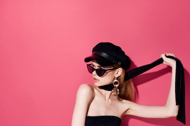 꽤 우아한 여자 보석 액세서리 어두운 안경 스튜디오 분홍색 배경