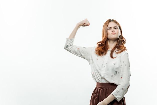 フォーマルなスーツのクロップドビュースタジオで彼女の手で身振りで示すかなり感情的な女性