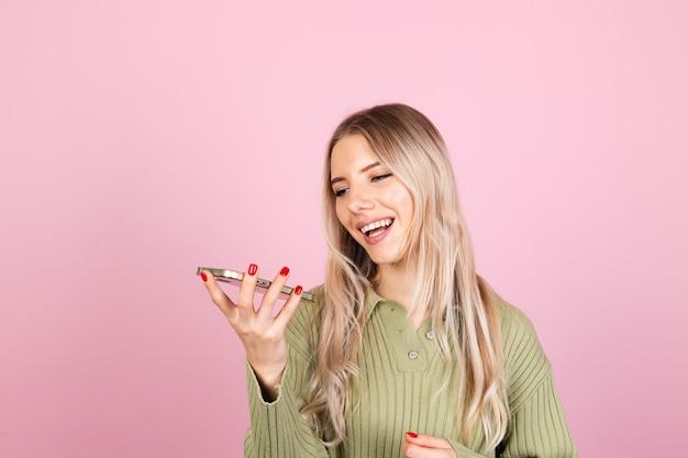 분홍색 벽에 캐주얼 스웨터에 예쁜 유럽 여자