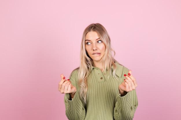 분홍색 벽에 캐주얼 스웨터에 예쁜 유럽 여자 무료 사진