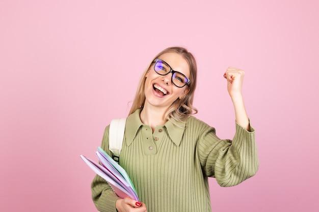 Довольно европейская женщина в повседневном свитере на розовой стене