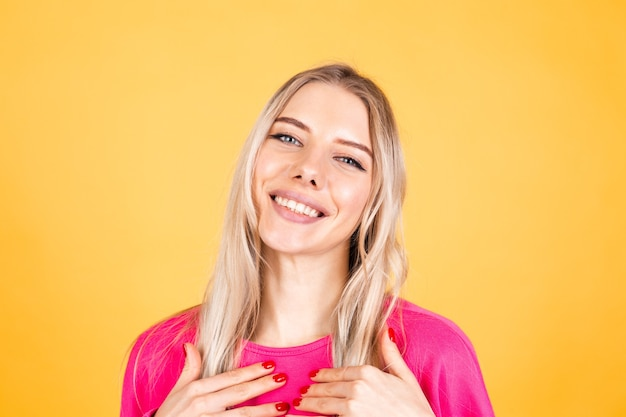 Довольно европейская женщина в розовой блузке на желтой стене Бесплатные Фотографии