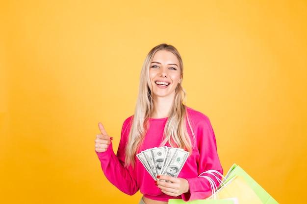 Довольно европейская женщина в розовой блузке на желтой стене