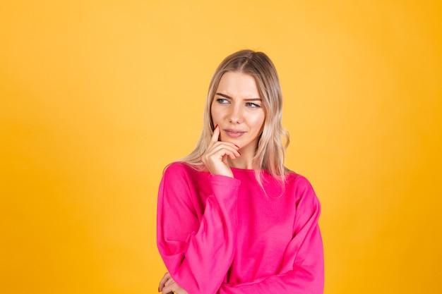 노란색 벽에 분홍색 블라우스에 예쁜 유럽 여자