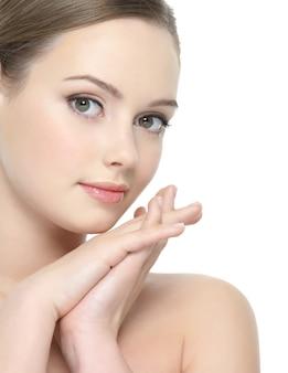 Красивое лицо молодой красивой женщины со здоровой кожей