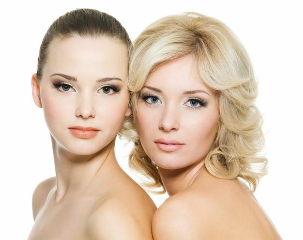 Красивые лица красивых сексуальных молодых взрослых женщин, позирующих на белом