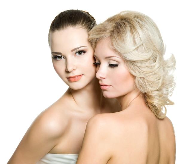 흰색에 포즈를 취하는 아름다운 섹시한 젊은 성인 여성의 예쁜 얼굴