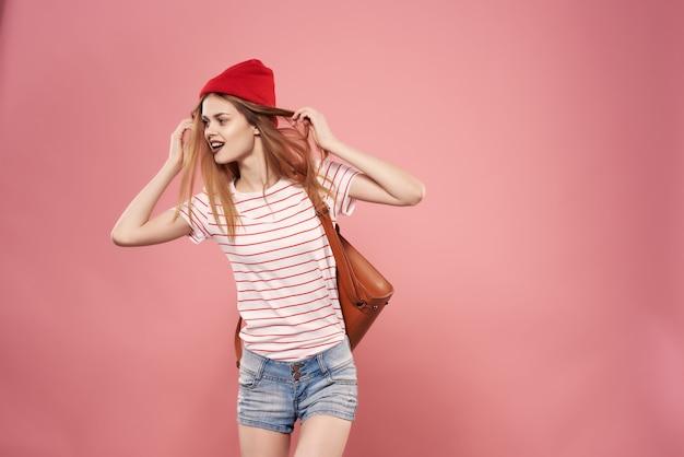 かなりファッションの女性のモダンなスタイリッシュなバッグピンクの背景