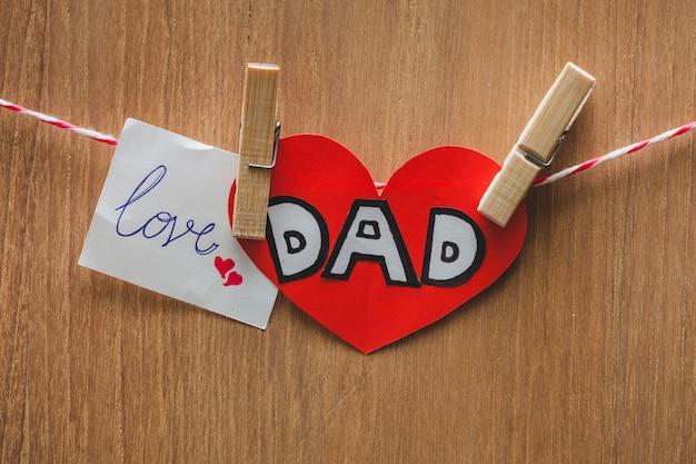 Композиция дневного отца с записками и штифтами для одежды
