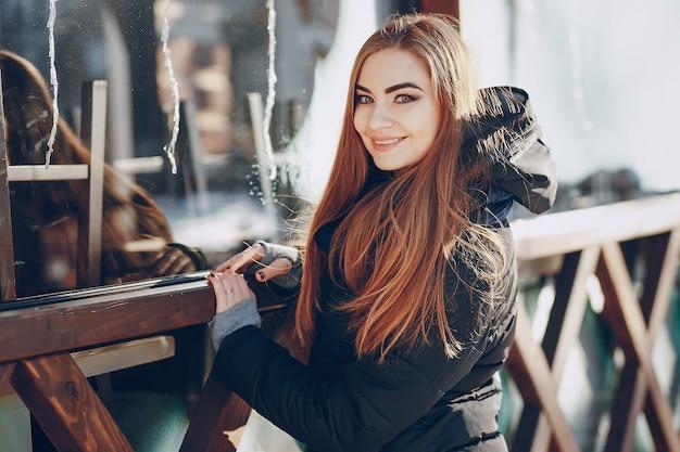 かわいい女性の日の冬のウォーキング