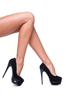 Красивые женские ножки с черными высокими каблуками, изолированные на белом фоне