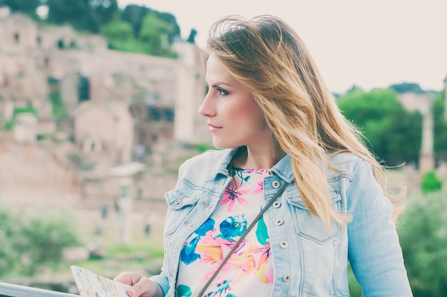 Довольно женский турист на руинах римского форума в риме, италия