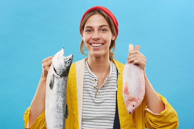 Симпатичная рыбачка с веселым выражением лица
