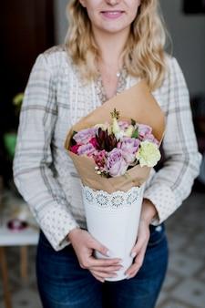 Довольно флорист с букетом цветов