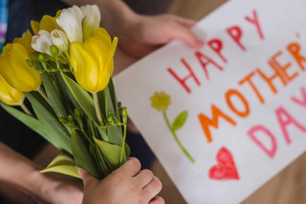 Красивые цветы и плакат, чтобы отпраздновать день матери