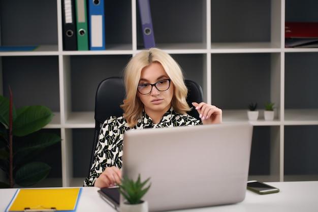 집 순서를 복용하는 컴퓨터 책상에서 예쁜 여자. 온라인 비즈니스 유럽 여자를 실행합니다.