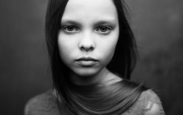 可愛い女の子の白黒写真の魅力的なクローズアップを見てください。高品質の写真