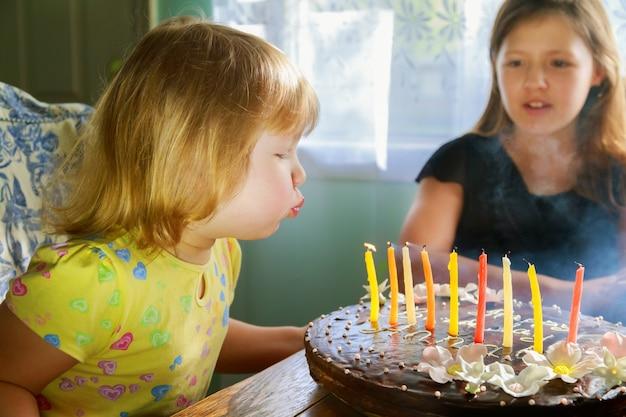 ケーキの上の蝋燭を吹く美少女