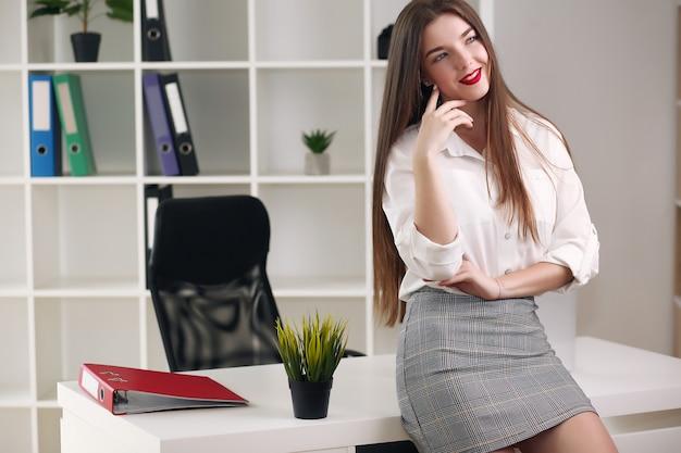 Красивая девушка разрабатывает план и концепцию проекта. бизнес-леди