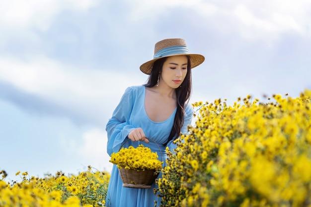 Bella ragazza che gode nel campo dei crisantemi a chiang mai, thailandia