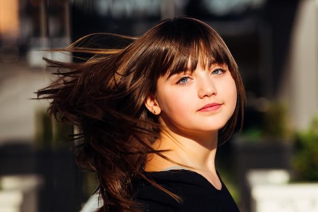彼女の髪を弾くかわいい女の子