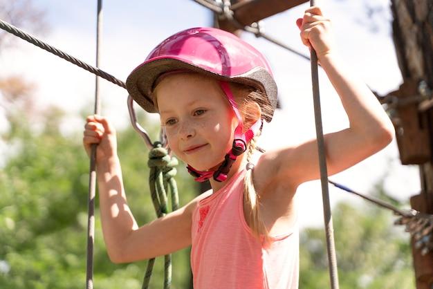 アドベンチャーパークで楽しんでいるかわいい女の子 無料写真
