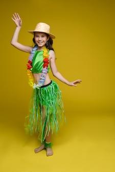 Красивая девушка в гавайском костюме и шляпе.