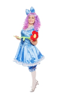 Malvina처럼 옷을 입은 예쁜 여자, 흰색 배경에 파란 머리를 한 인형