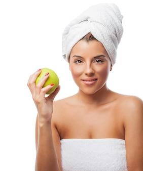 リンゴとタオルでかわいい女の子
