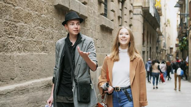 友達との会話中に写真を撮る可愛い女の子。彼らは、共同散歩のピークと魅力的です。