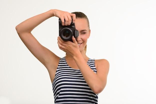 写真を作るかわいい女の子。