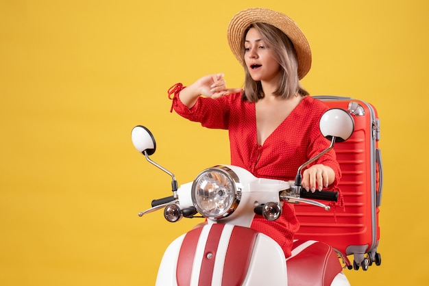 시간을 확인하는 빨간 가방으로 오토바이에 예쁜 여자