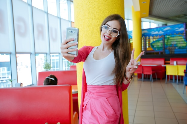 面白い写真を撮るかわいい女の子