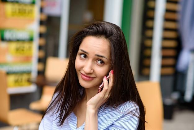 Красивая девушка разговаривает по телефону