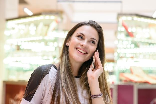 Красивая девушка разговаривает по телефону.