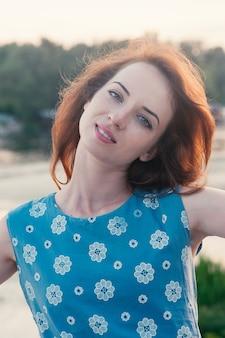 Красивая девушка по-настоящему улыбаясь, танцы, на открытом воздухе летом