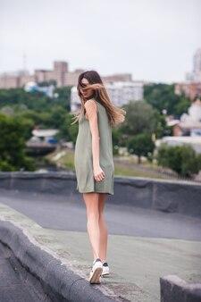 大都会の屋上を歩く可愛い女の子。内部と外部のバランス。内なる調和。